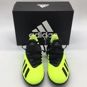 Yellow Neón soccer shoes.